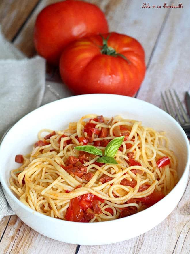 plat de spaghettis avec chorizo et tomates