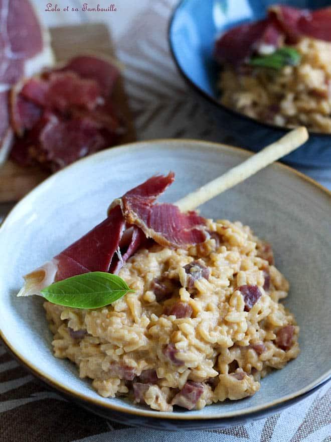 plat de risotto au jambon avec du parmesan